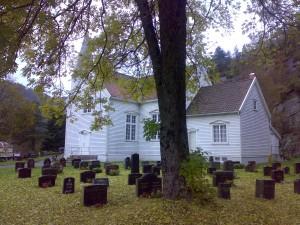 Konsmo kirke og kirkegård i høstprakt, 2007