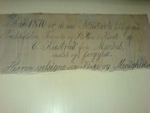 Tekst på baksiden av altertavla, fotografert i 2006